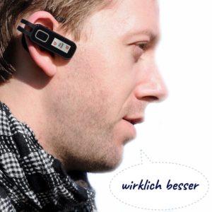 Mann mit Bluetooth Headset und Schutzaufkleber