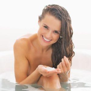 Hübsche junge Frau in Badewanne