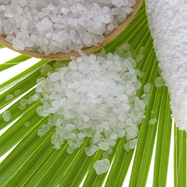 Totes Meer Salz auf Palmblatt