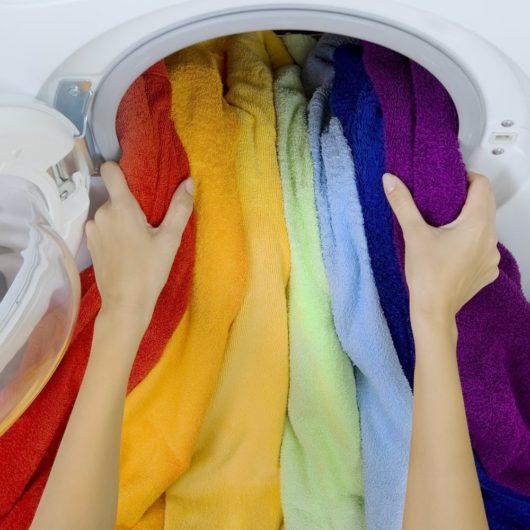 Regenbogenfarbene Tücher aus Waschmaschine