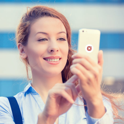 Hübsche Frau mit Penyang Handy